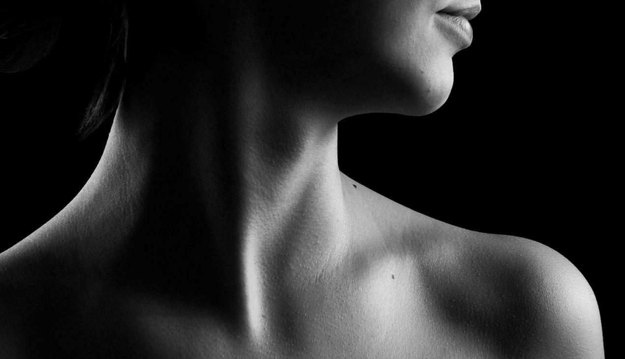 Schwarz-weiß Foto eines weiblichen Halses. Thema: Sodbrennen