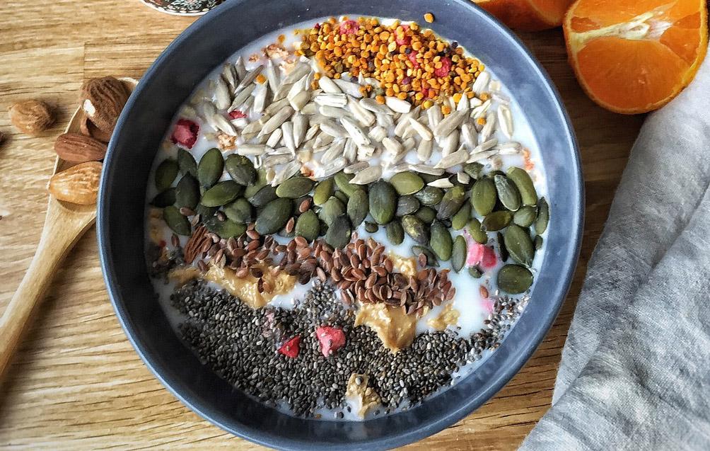 Eine Schale voller Samen. Thema: Flohsamen