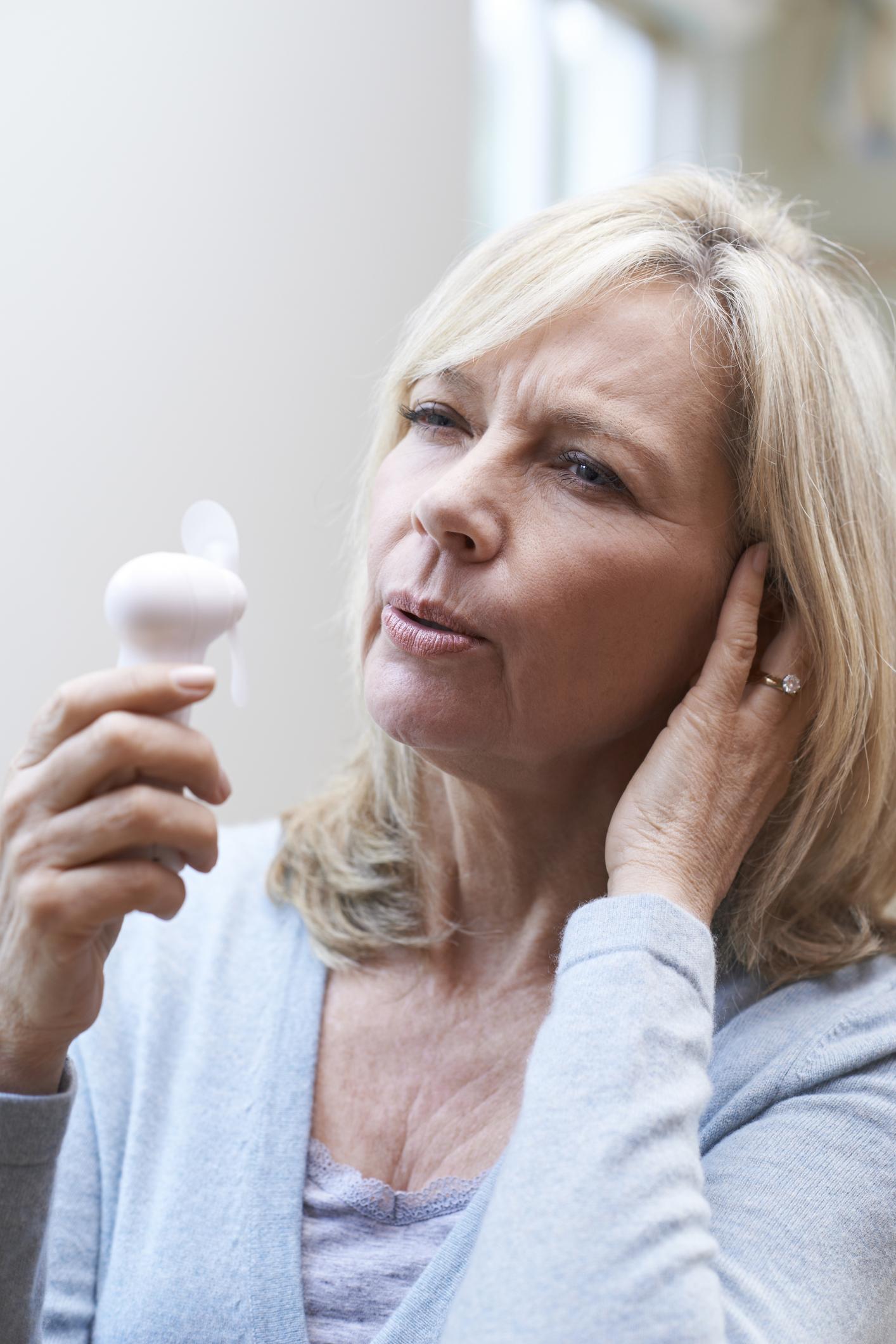 Eine Frau in ihren Wechseljahren. Heilpilze können helfen