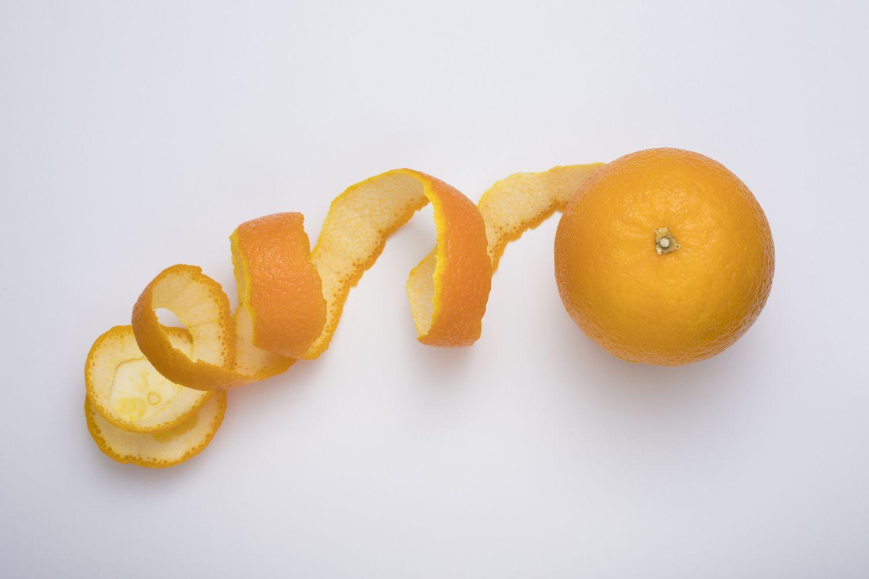Halb-geschälte Orange. Thema: Cellulite bekämpfen