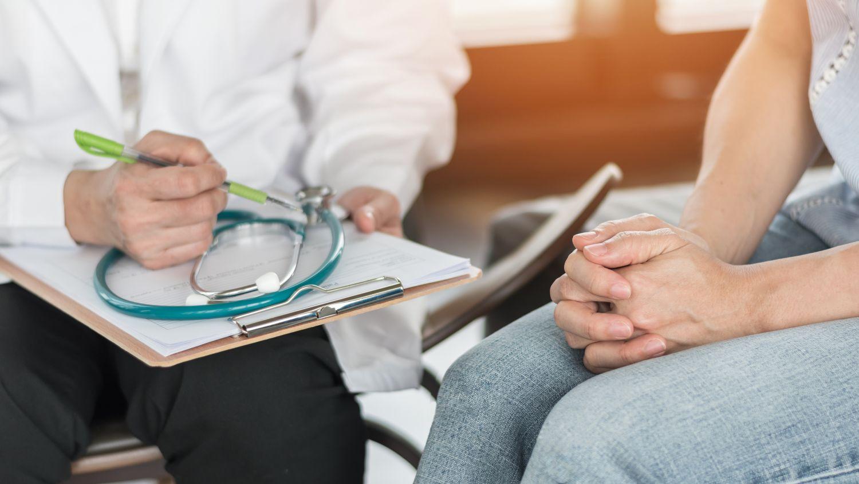 Patientin beim Arzt-Gespräch. Thema: Selbstwertgefühl stärken bei Brustkrebs