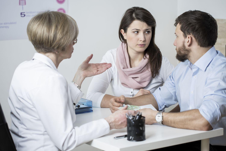 Eine Frau und ihr Mann bei der Schwangerschaftsberatung. Thema: schwanger werden