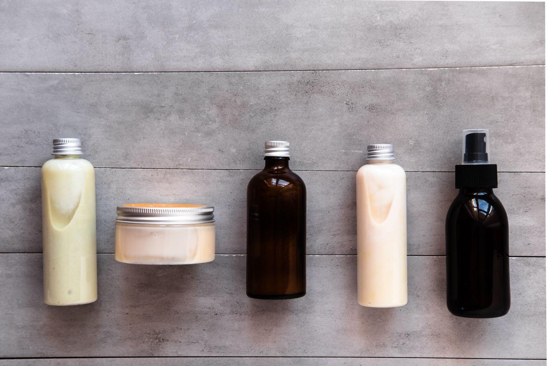 Kosmetikprodukte vor grauem Hintergrund
