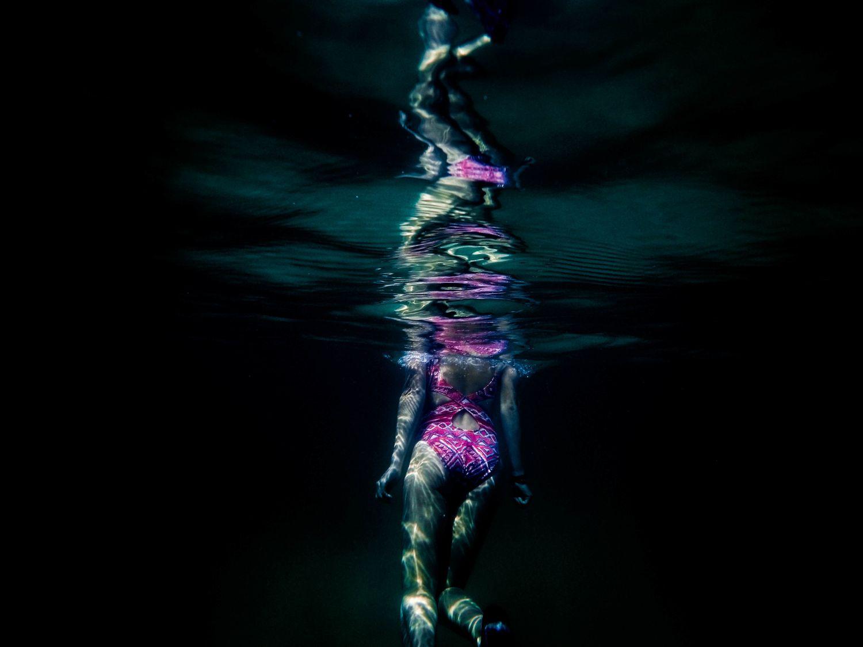 Eine in einem Gewässer badende Frau. Thema: Krebsvorsorge bei Frauen