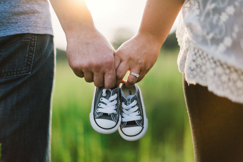 Ein Paar hält Babyschuhe in der Hand. Thema: Myome und Verwachsungen