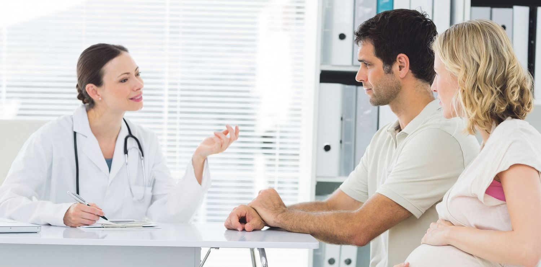 Ein Paar lässt sich von einer Gynäkologin beraten. Thema: Pränatale Diagnostik