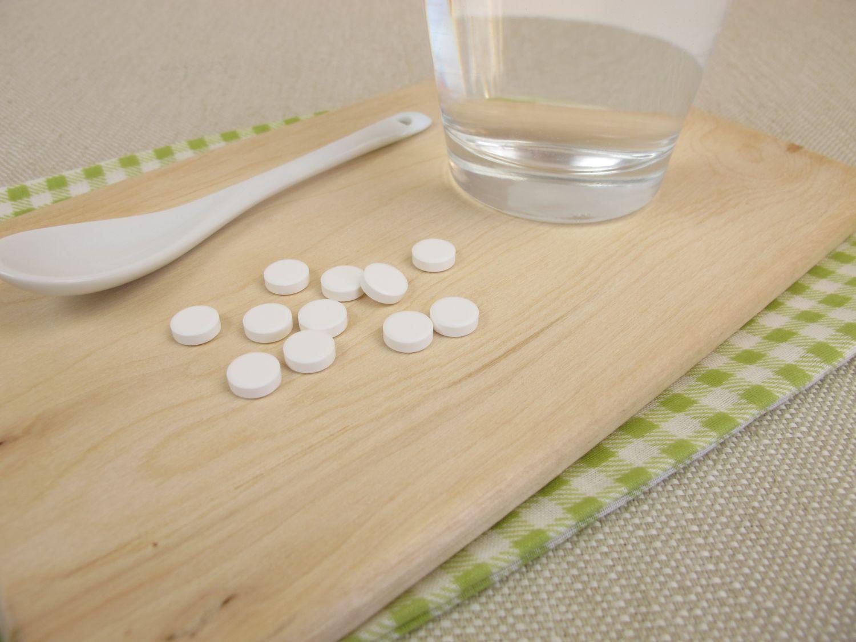 Schüßler-Salze. Tabletten liegen auf einem Tisch