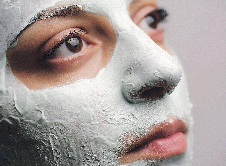 Eine Frau mit Gesichtsmaske. Thema: Pickel