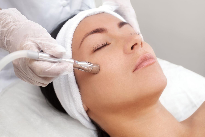 Frau bei einer Gesichtsbehandlung